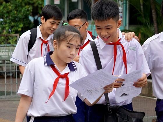 Tuyển sinh lớp 10: Đề môn Toán khó, nhiều thí sinh bật khóc ảnh 2