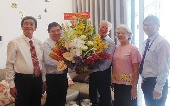 Bí thư Thành ủy TPHCM Nguyễn Thiện Nhân thăm và chúc mừng các nhà giáo tiêu biểu ảnh 3