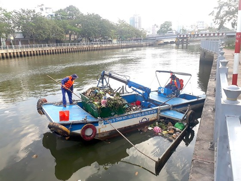 For city's beauty, workers keep working in lunar new year ảnh 1