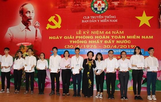 Nguyen Van Huong scholarship giving ceremony in Tay Ninh ảnh 2