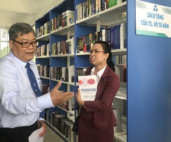 Overseas Vietnamese scientist give books worth $150,000 ảnh 1