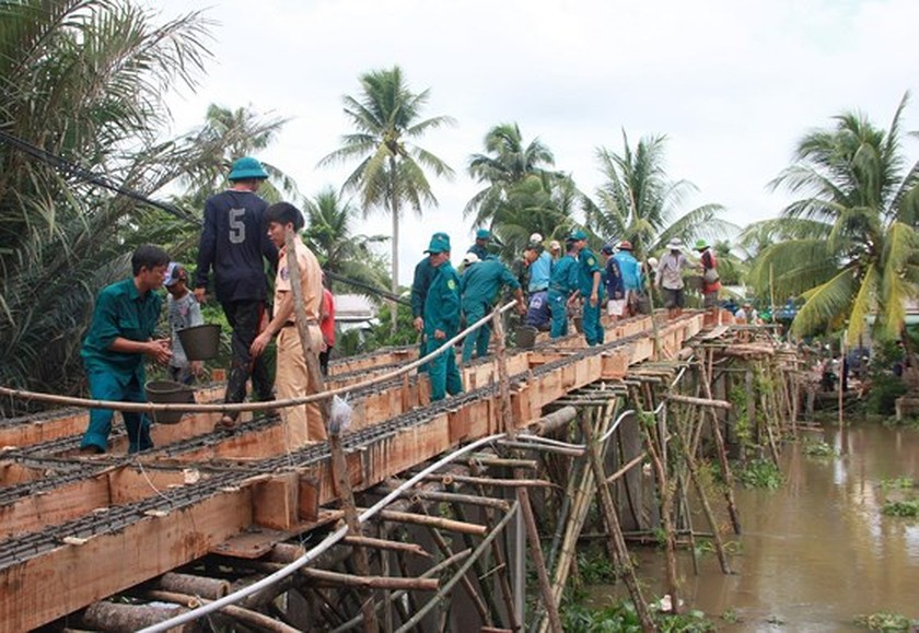 Rural residents contribute assistance to bridge construction ảnh 1