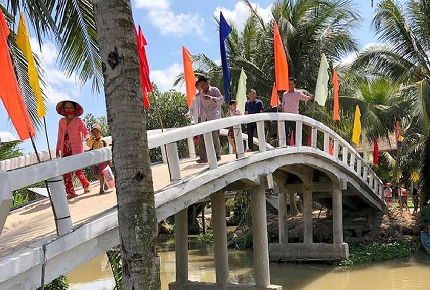 Rural residents contribute assistance to bridge construction ảnh 2