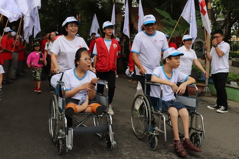 5,000 city dwellers walk to fundraise for AO victims, disabled ảnh 2