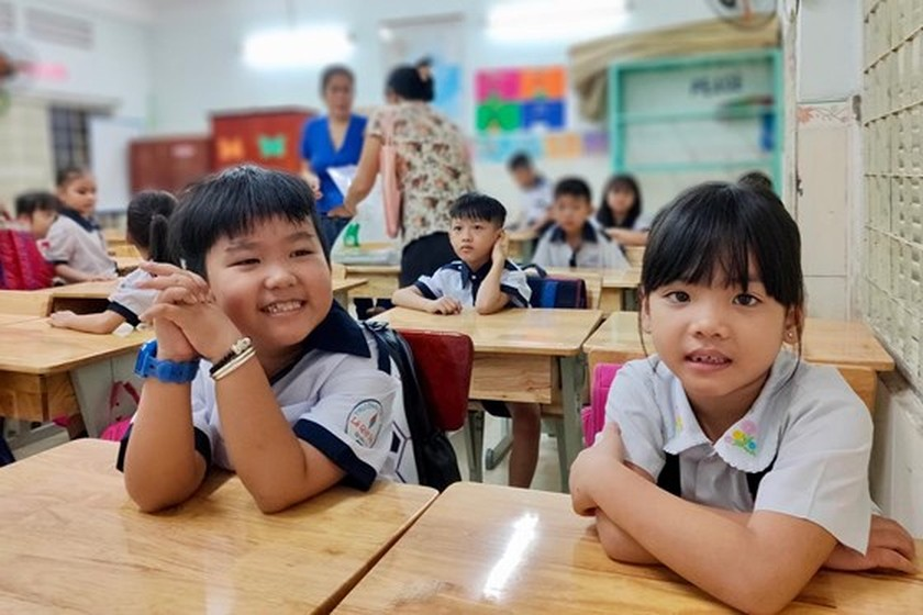 Students in HCMC come back to school ảnh 1