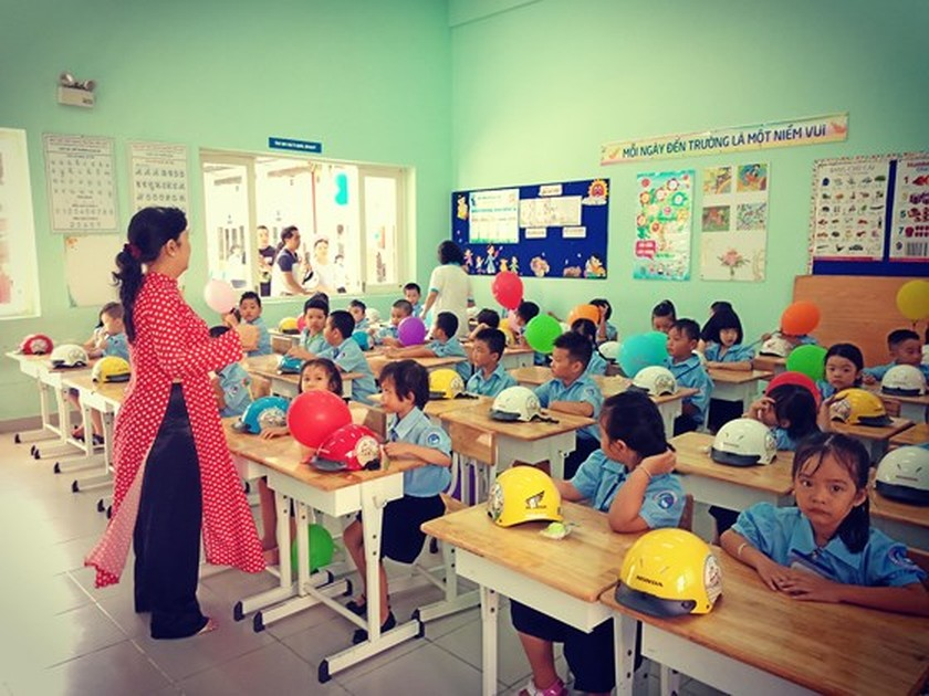 Students in HCMC come back to school ảnh 4