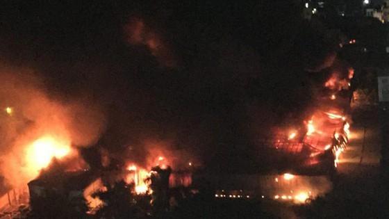 Blazing fire destroys 6,000-meter-square warehouse in Hanoi ảnh 2