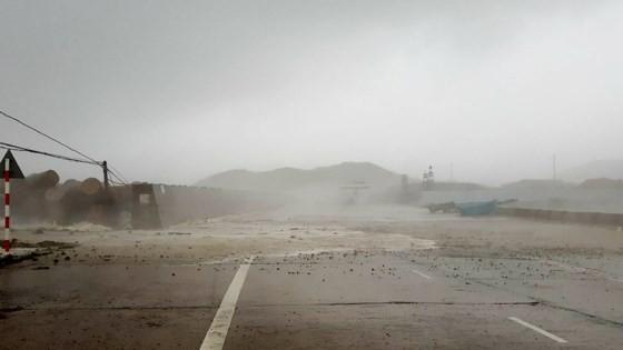 Typhoon Doksuri makes landfall in central provinces  ảnh 5