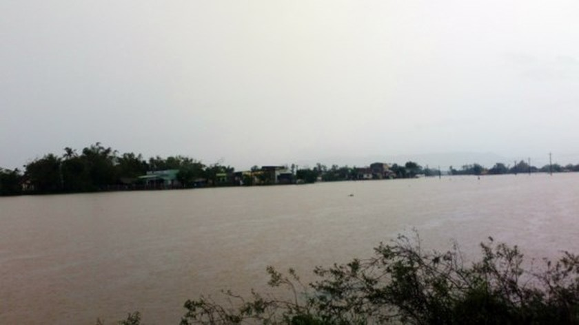 Ten thousands of houses in Binh Dinh isolated due to flooding  ảnh 3