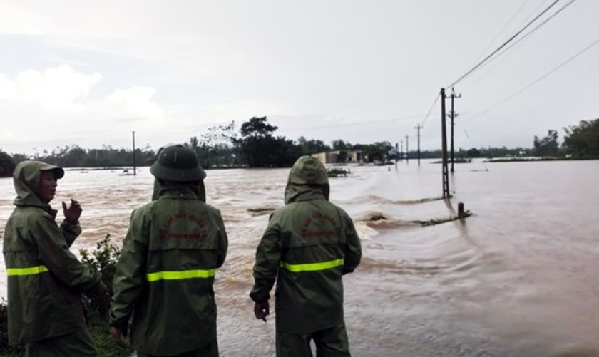 Ten thousands of houses in Binh Dinh isolated due to flooding  ảnh 5