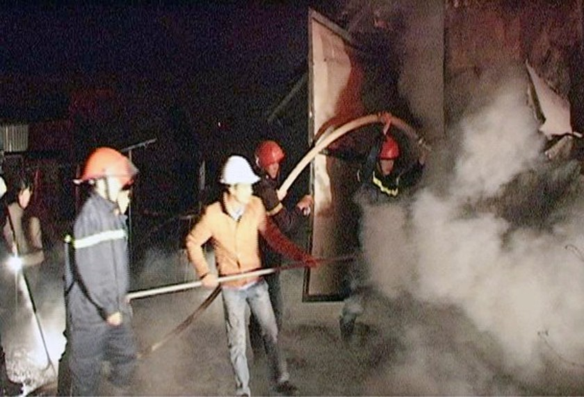 Fire destroys wood factory in Lam Dong  ảnh 2