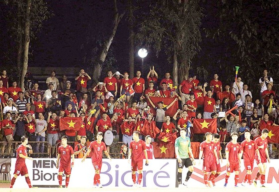 AFF Championships 2018: Vietnam wins against Philippines 2-1 ảnh 1