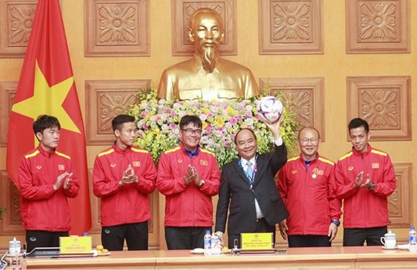 PM Nguyen Xuan Phuc offers First-class Labor Medal to Vietnam football team  ảnh 2