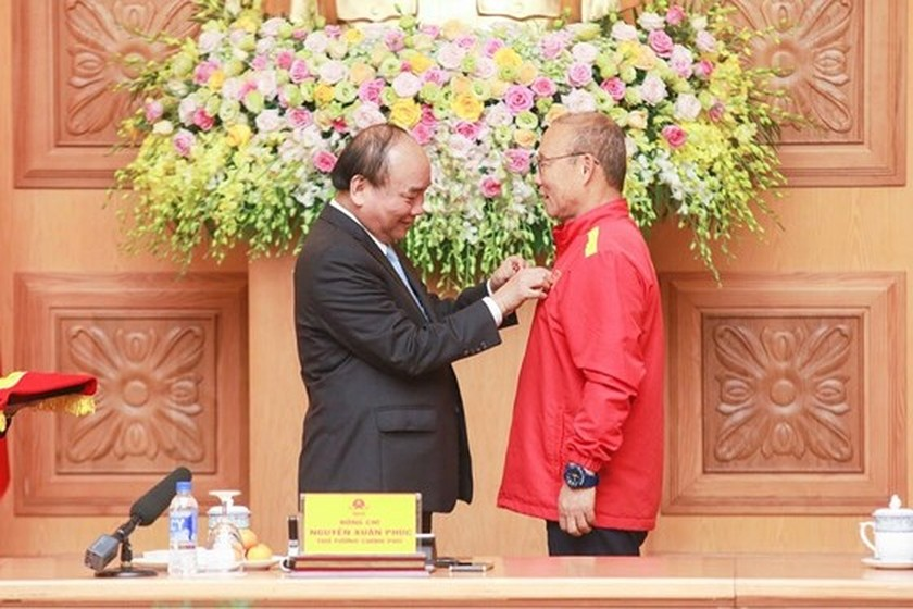 PM Nguyen Xuan Phuc offers First-class Labor Medal to Vietnam football team  ảnh 1