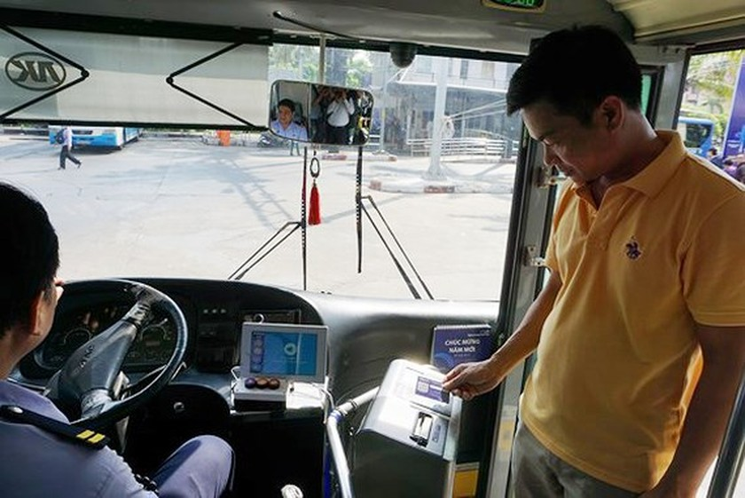 Pilot project using smart payment bus card launched in HCMC  ảnh 1