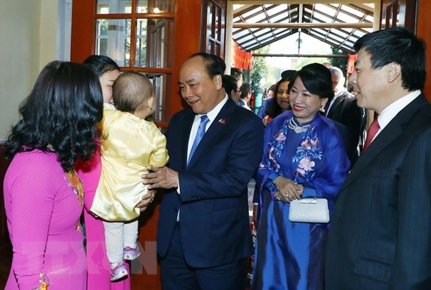 Prime Minister meets overseas Vietnamese in Europe ảnh 2