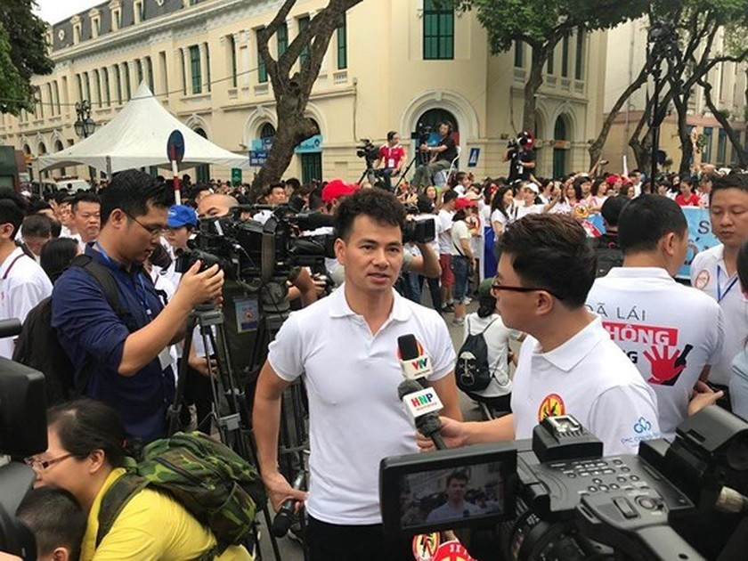 Thousands people walk for traffic safety  ảnh 1