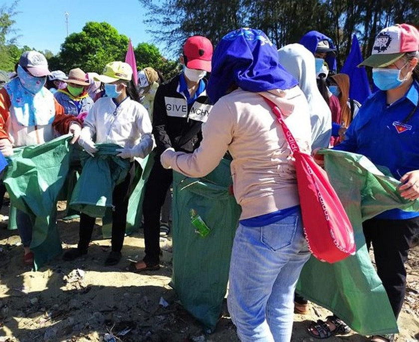 2,000 people join campaign of cleaning up the sea ảnh 3