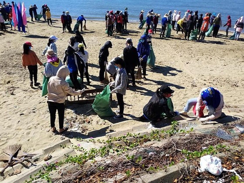 2,000 people join campaign of cleaning up the sea ảnh 4