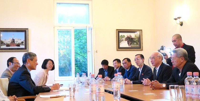 HCMC law makers visit Vietnam Embassy in Germany ảnh 1