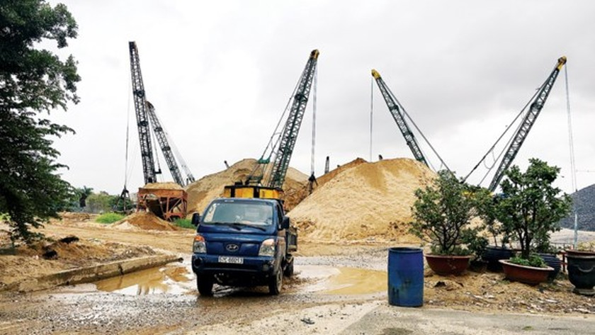 Prices of sand for construction reduce in HCMC ảnh 1
