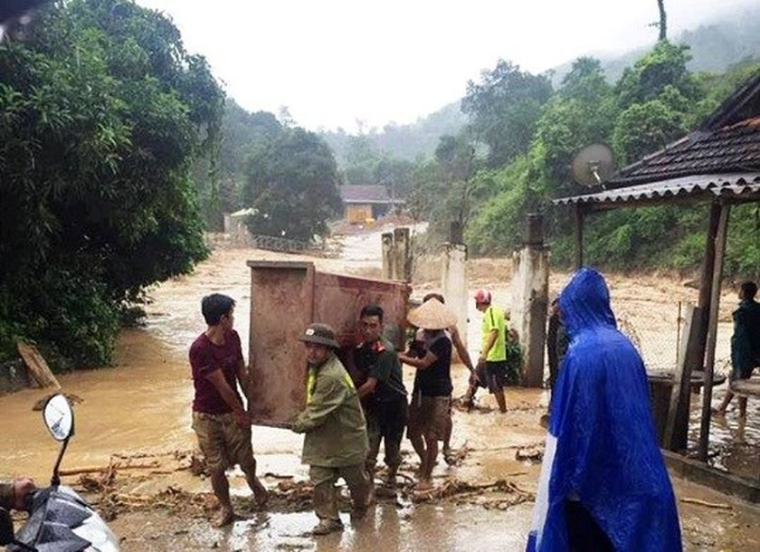 Flash flood sweeps away nine houses in Nghe An ảnh 1
