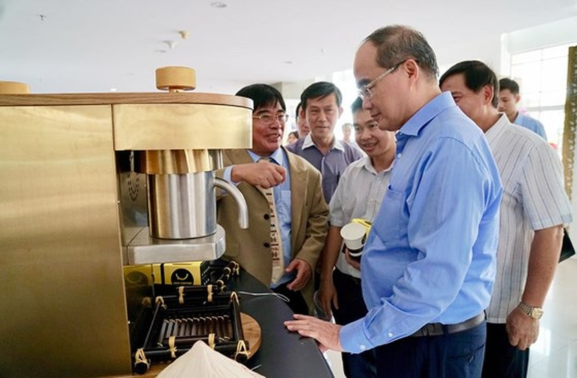 HCMC party leader visits Technology and Education University ảnh 1