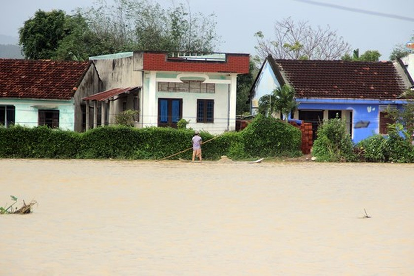 Heavy rain triggered flooding batters central region of Vietnam ảnh 2