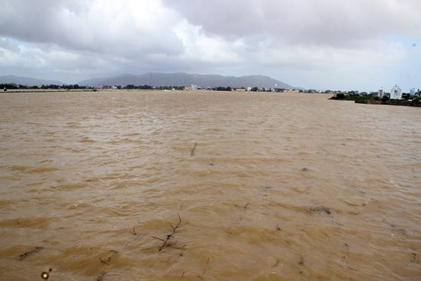 Heavy rain triggered flooding batters central region of Vietnam ảnh 4