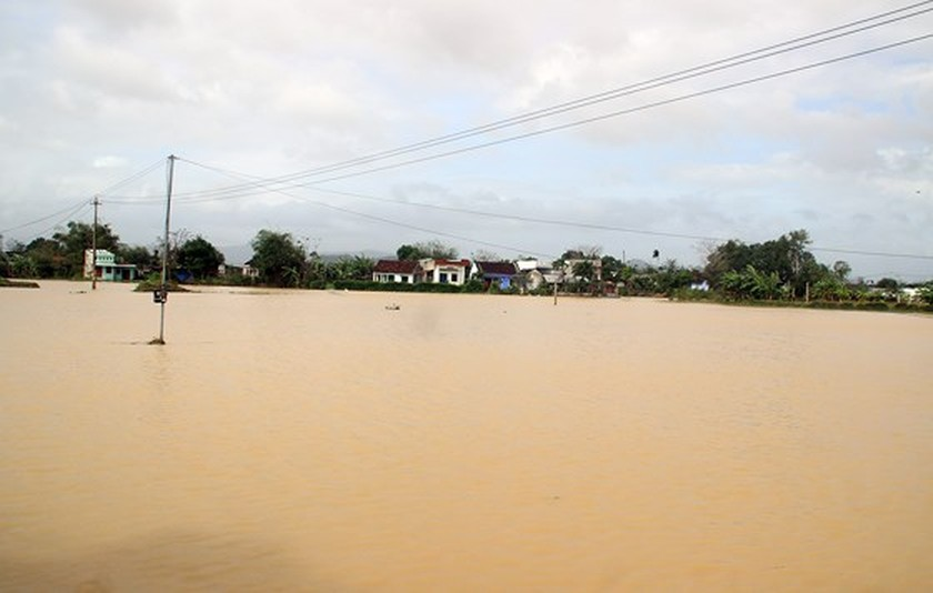 Heavy rain triggered flooding batters central region of Vietnam ảnh 6