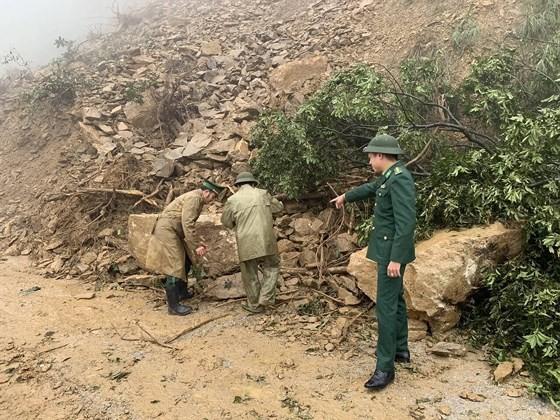 Landslide blocks approach road to international border gate in Ha Tinh ảnh 1