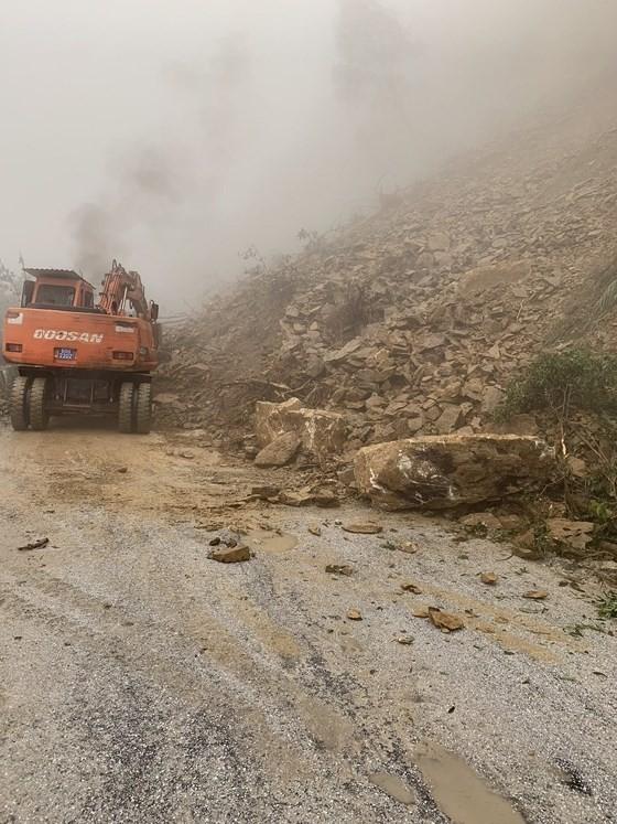 Landslide blocks approach road to international border gate in Ha Tinh ảnh 5
