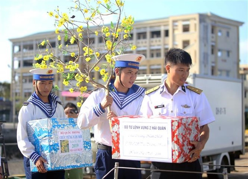 Tet gifts reach hands of soldiers on duty at sea ảnh 1