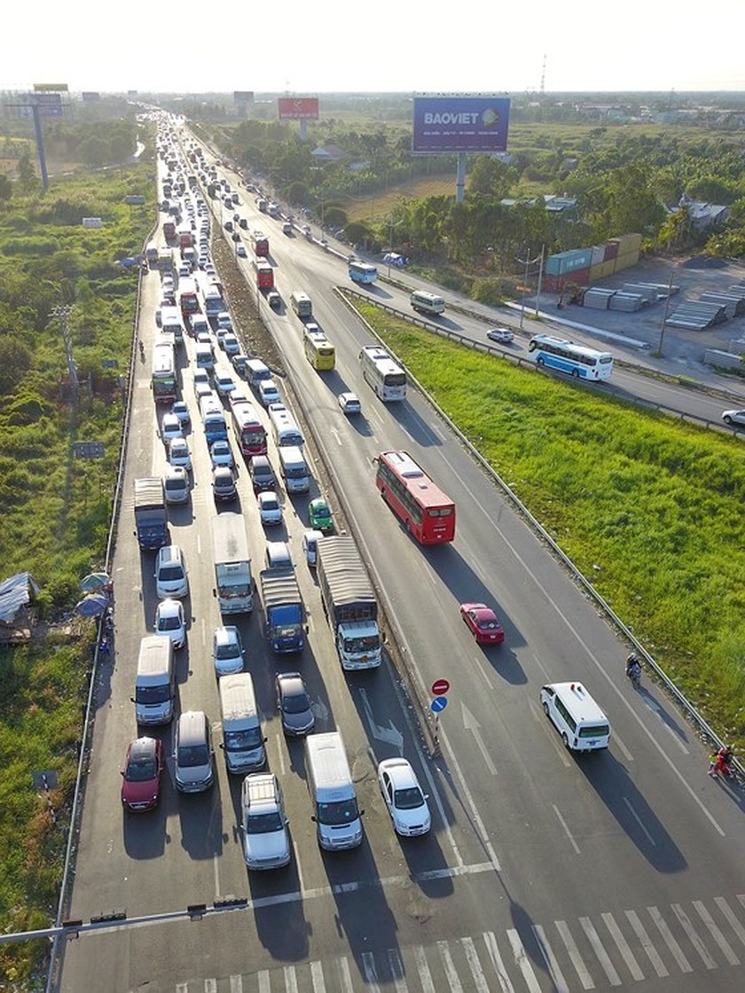 Severe traffic snarl occurs with streams of holidaymakers return to HCMC  ảnh 12