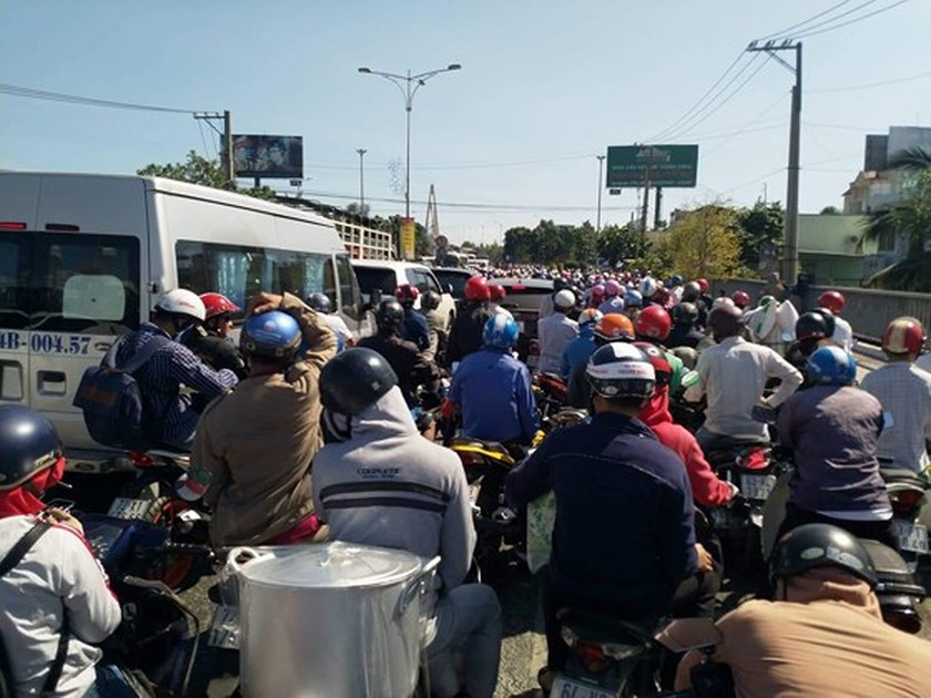 Severe traffic snarl occurs with streams of holidaymakers return to HCMC  ảnh 20