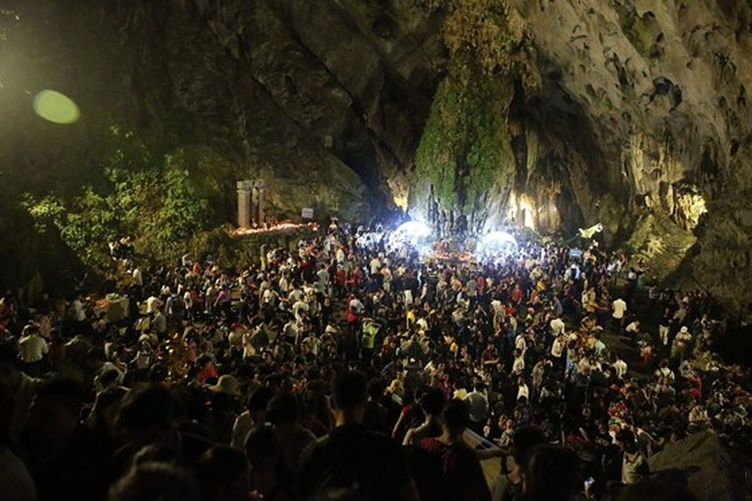 Visitors flock to Huong Pagoda Festival in Hanoi ảnh 2