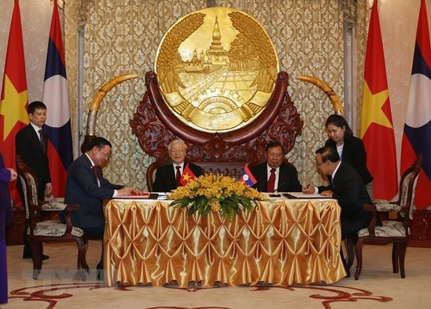 Top leaders of Vietnam and Laos hold talks in Vientiane ảnh 1