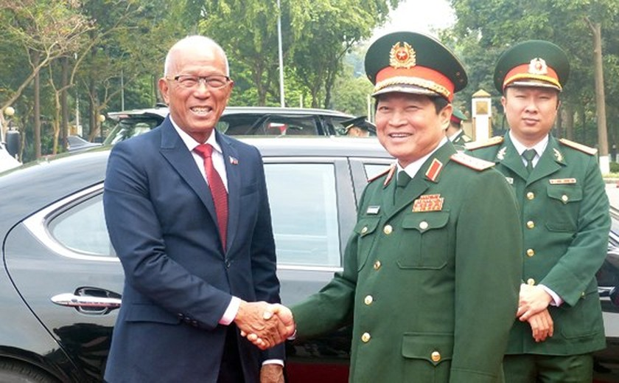Philippine defence secretary Lorenzana pays visit to Vietnam ảnh 5