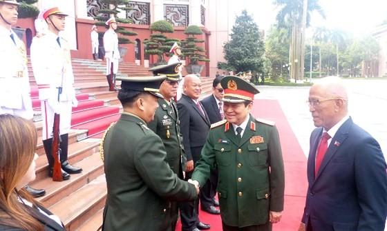 Philippine defence secretary Lorenzana pays visit to Vietnam ảnh 1