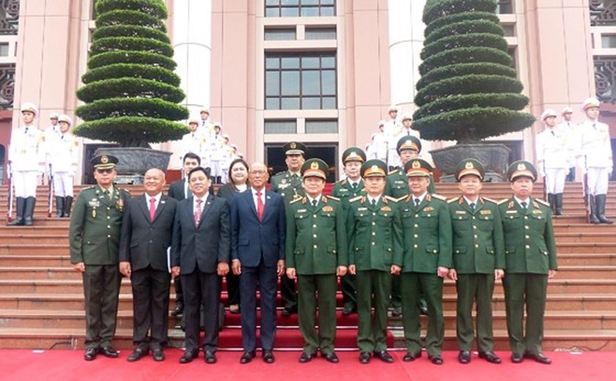 Philippine defence secretary Lorenzana pays visit to Vietnam ảnh 2