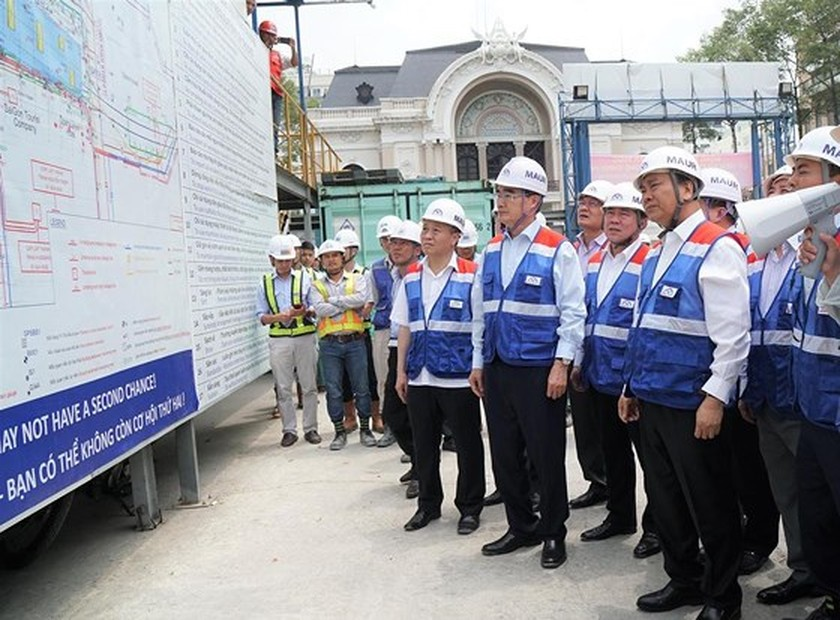 Prime Minister inspects construction site of first metro line in HCMC ảnh 2