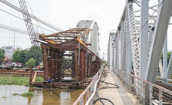 New railway bridge continues running behind schedule in HCMC ảnh 1