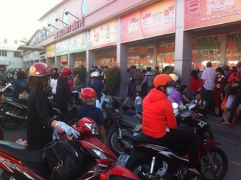Holidaymakers rush to coach stations in HCMC ảnh 1