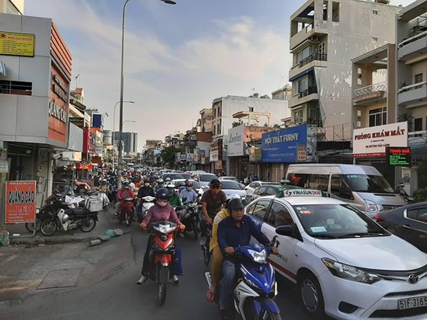 Holidaymakers rush to coach stations in HCMC ảnh 4