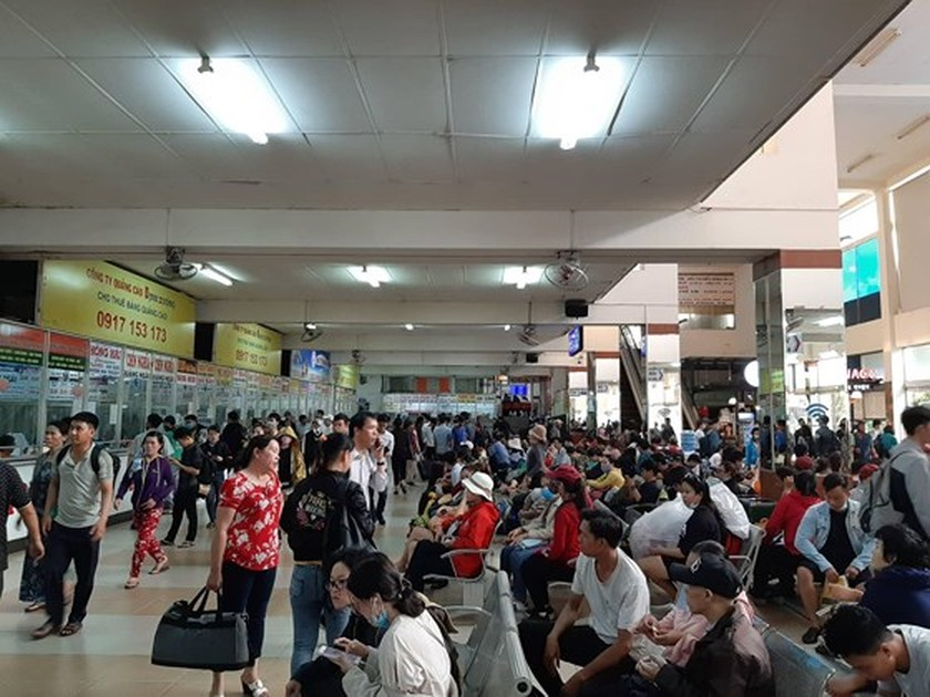 Holidaymakers rush to coach stations in HCMC ảnh 2