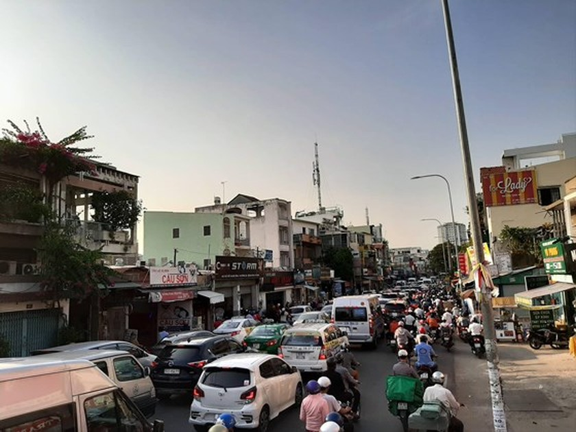Holidaymakers rush to coach stations in HCMC ảnh 5