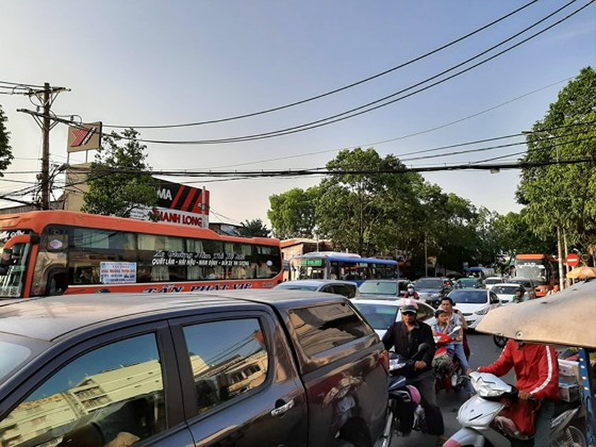 Holidaymakers rush to coach stations in HCMC ảnh 6
