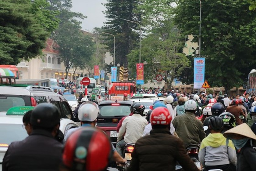 Holiday vehicles crowd streets in Da Lat city ảnh 7