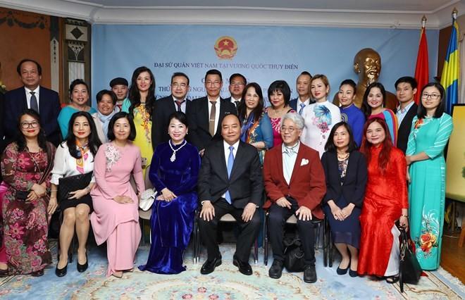 Prime Minister visits Vietnamese embassy staff, expatriates in Sweden ảnh 1