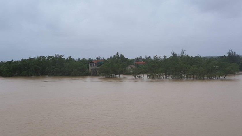 Quang Binh swamped by floodwaters ảnh 1